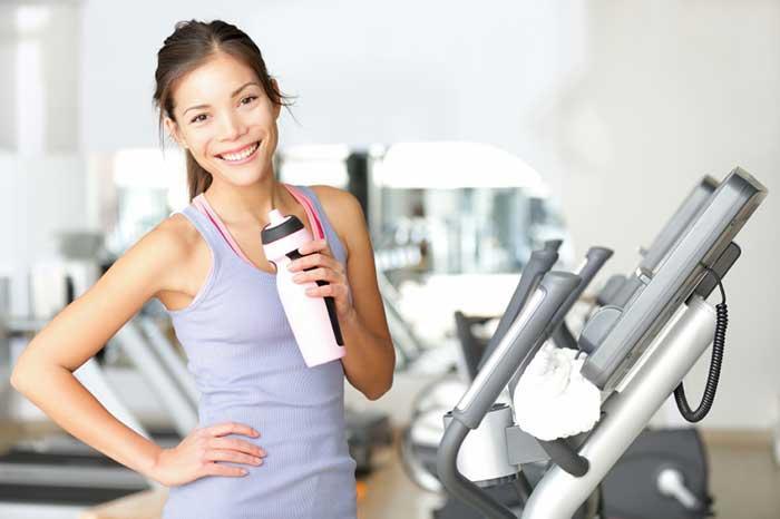 """Aplicativos que """"lembram de tomar água"""" e garrafinha ao lado garantem a hidratação do corpo"""